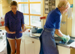 Ingrid Bergman and Paavo Turtiainen wash dishes